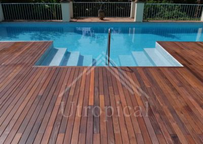 suelo de madera en zona de piscina