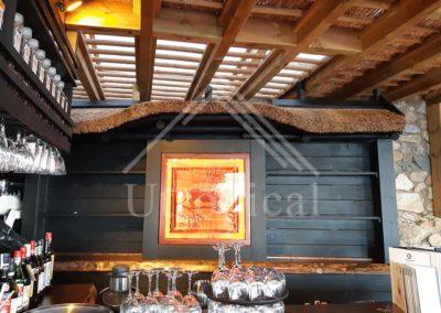 Instalación y fabricación de barra de bar en zona jardin estilo tropical con madera