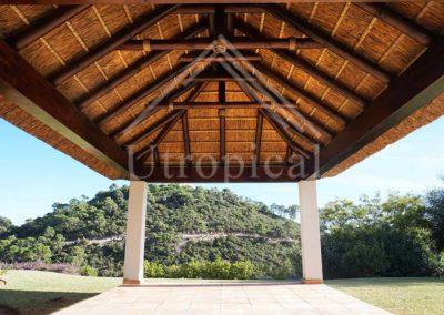 Instalación de tejado tropicales de junco pergolas