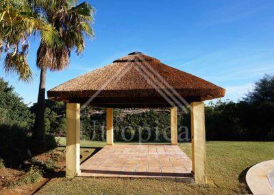 Zona para comer cenar estilo tropical en jardin y piscina