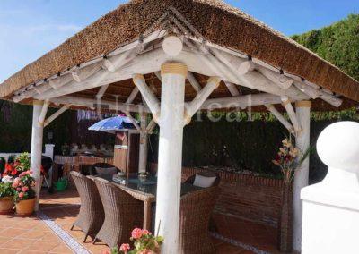 Zona para comer en jardin Diseño techo tropical con junco