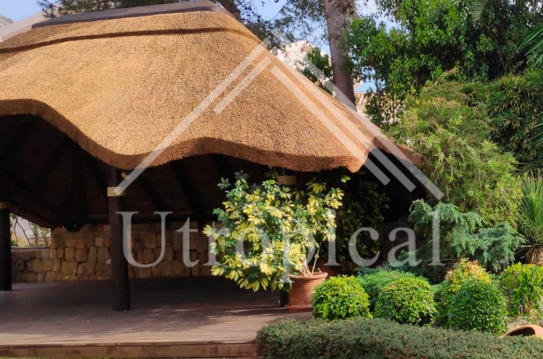 Cenador con tejado tropical reed gazebo Mijas Utropical02