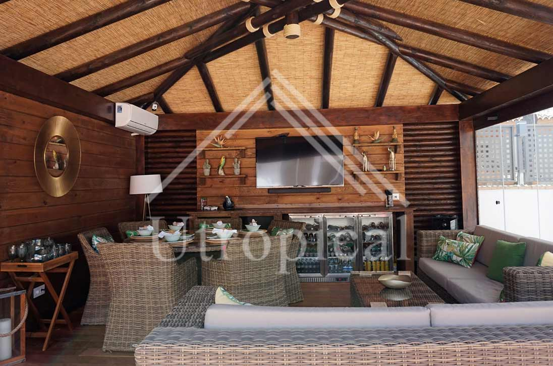 Cenador hecho de madera con tejado de junco zona jardin piscina
