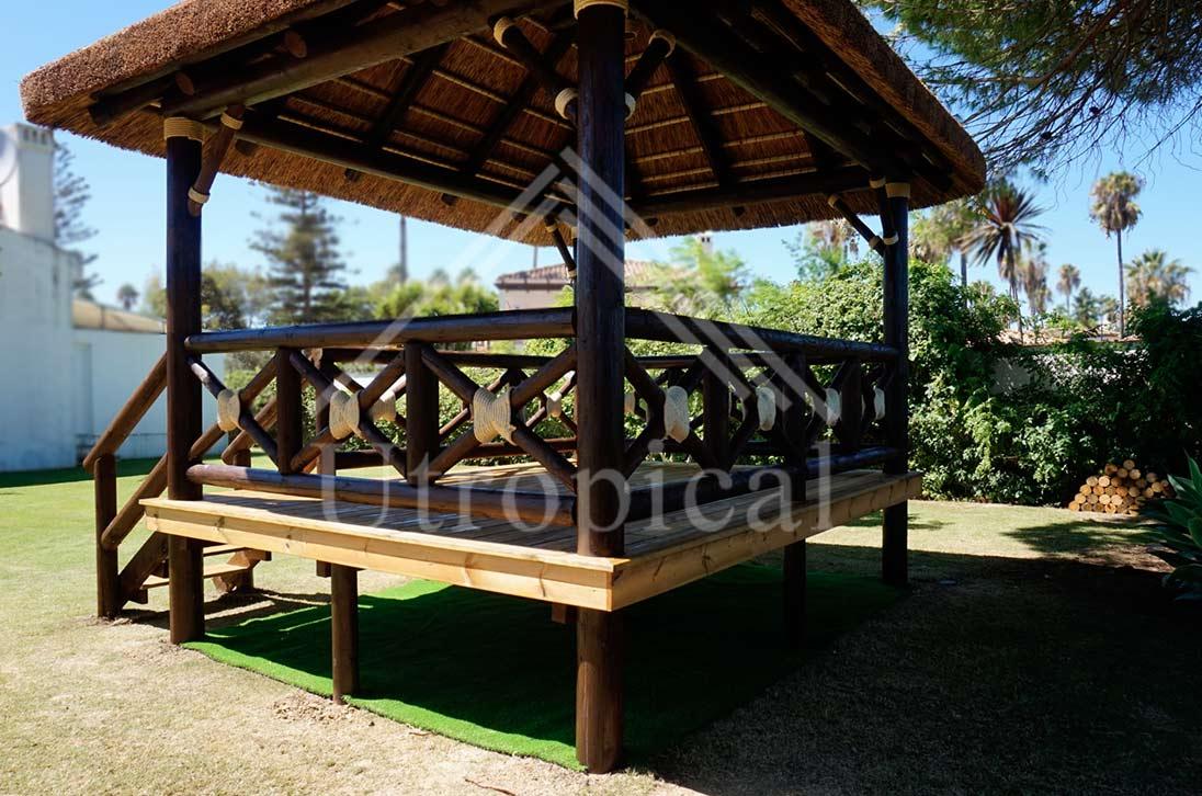 Zona para hacer yoga cubierta exterior tropical