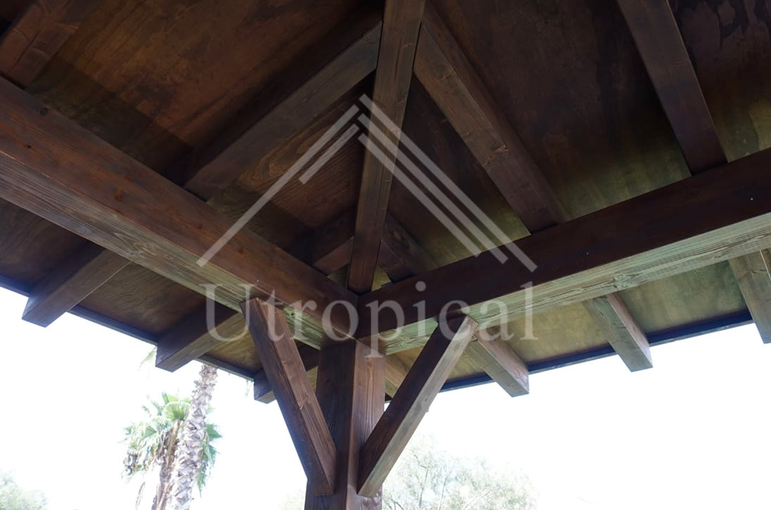tejado exterior de madera estructura tropical