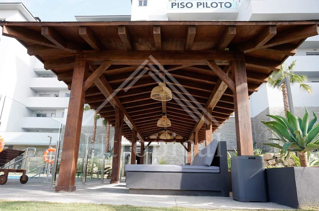 Tejado con estructura de madera, estilo tropical
